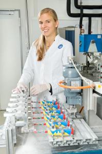 Im Prüflabor von TÜV SÜD testet ein neu entwickelter Zahnputzroboter elektrische Zahnbürsten auf ihre Funktionen. Dabei sind sechs Zahnbürsten in einer Reihe eingespannt und putzen ein Testgebiss mit jeweils exakt denselben Voraussetzungen