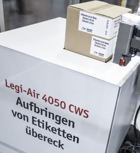 Legt Etiketten in verschiedenen Längenverhältnissen um die Ecke – der Überecketikettierer Legi-Air 4050 CWS