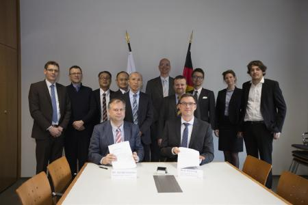Pieter Vanderstraeten, CEO of Vyncolit (left) and Frank Henning, Dept. Director Fraunhofer ICT and Director Polymer Engineering signing the contract