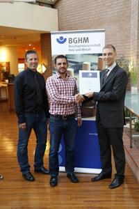 Nils Fundus von der BGHM (rechts) überreicht das Gütesiegel an Robert Tomic und Guido Brunner (links) von der TG Metatec GmbH & Co KG (Foto: BGHM)