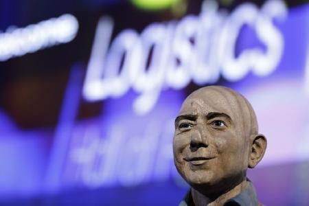 Jeff Bezos in Berlin in die Logistics Hall of Fame aufgenommen / Foto: Logistics Hall of Fame/Sebastian Gabsch