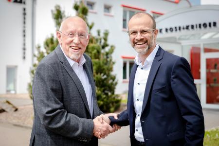 Dr.-Ing. Gregor Langer (r.) übernimmt zum 1. Juli 2021 die Geschäftsführung der RK Rose+Krieger GmbH von Hartmut Hoffmann (l.), der sich in den Ruhestand verabschiedet