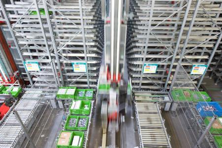 Skalierbarkeit und Modularität: Die Integration weiterer Regalgassen und Arbeitsplätze während des laufenden Betriebes / Foto: WITRON