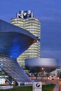 Faszinierende Aussichten auf die BMW-Welt (vorne im Bild), das BMW-Museum und die BMW-Konzernzentrale