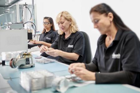 Die Mitarbeiter der Jauch Quartz GmbH fertigen kundenindividuelle Batterie-Packs nach höchsten Qualitätsstandards