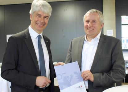 Staatssekretär Nägele überreicht Dr. Eifert (EurA) den Zuwendungsbescheid vom Wirtschaftsministerium