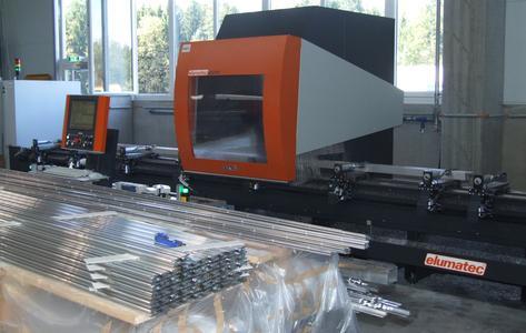 Das SBZ 130 ist für die Bearbeitung von Aluminium-, Stahl- und Edelstahlprofilen konzipiert. Auch im Pendelbetrieb kann gearbeitet werden