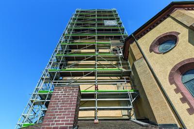 mba-Inhaber Bachmayer verwendet PERI UP Easy zusammen mit in grüner Firmenfarbe gepulverten Bordblechen. (Foto: PERI Deutschland)