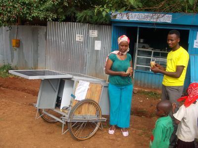 Unternehmerin mit solarbetriebenem Eiswagen