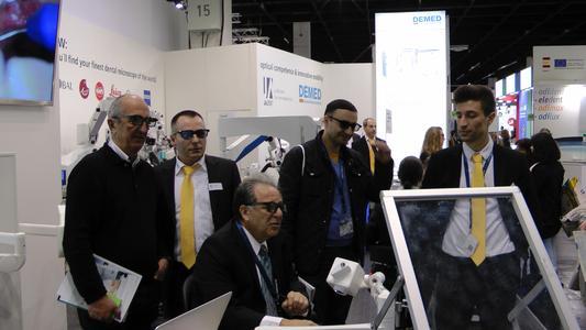 Dr. A. Mora (sitzend) und JADENT-Mitarbeiter Stani Bergheim (re.) und Volker Lempert (2. v. li.) bei der Demo des MoraVision System 3D