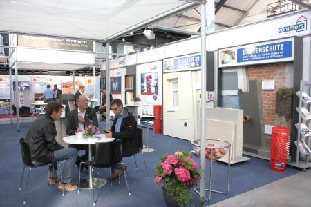 Die Remmers-Experten setzen vom 13. bis 17. September auf der NordBau 2017 den schnellen Schutz gegen Feuchtigkeit in den Fokus. Präsentiert werden die Highlights in Neumünster am Messestand Nr. 1235 in Halle 1 / Bildquelle: Remmers, Löningen