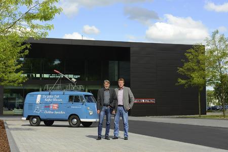 Die Presseverantwortlichen Michael Birke (links) und Henning Schulz präsentieren das Geburtstagskind vor der neuen Stiebel-Eltron-Akademie in Holzminden – dem Energy Campus