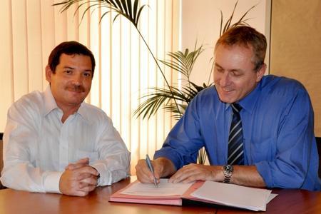 DQSCert Ecuador S.A. gegründet: v.l. Otto Layana und Michael Drechsel setzen ihre Unterschrift unter den Vertrag.