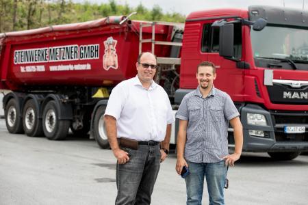 Markus Metzner (li) und Mirko Mariniak können jetzt noch mehr Daten der Fahrzeuge betriebswirtschaftlich erfassen