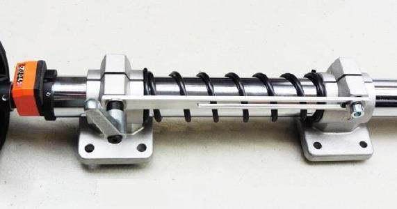 Bild 3: Detail an der Verstelleinheit, Druckfeder mit Zugstrebe als Verbindung zwischen angetriebenem und lose mitlaufendem Verfahrschlitten