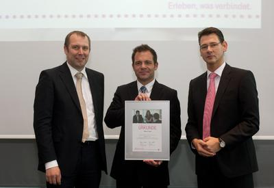 """Arne Feddersen (Telekom Deutschland), Dirk Jurleit (GPSoverIP) und Robert Klütsch (Telekom Deutschland) bei der Übergabe der Urkunde zum """"Premium Partner 2012""""."""