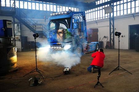 """Ein Foto-Shooting der besonderen Art mit dem Renault Trucks T """"Avatar"""". Das Fahrzeug fährt als Imageträger der Firma Talmon Transporte OHG (Foto: © Renault Trucks)"""
