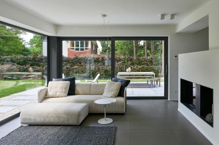 Zwei 4,0 m x 2,34 m große Hebe-Schiebetüren führen aus dem Wohn- und Essbereich im EG zu den beiden Terrassen (Schüco ASS 70) / Bildnachweis: Schüco International KG // Fotograf: Christian Eblenkamp