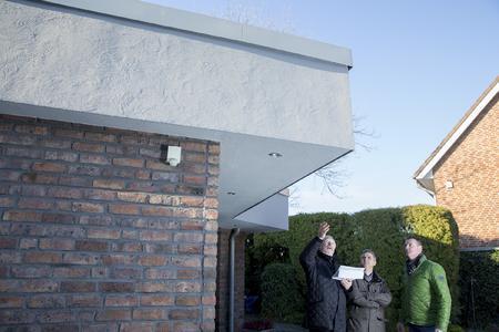 Der Bauherr freut sich über eine gelungene Sanierung der Attika, die nicht nur kostengünstig war, sondern auch für die Zukunft gestalterischen Spielraum offen lässt / Foto: Caparol Farben Lacke Bautenschutz/Andreas Wiese