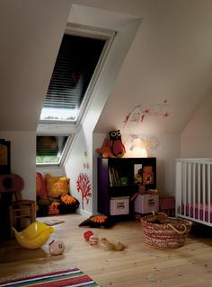 Dachfenster-Rollläden von VELUX schützen effektiv vor sommerlicher Hitze, bieten erhöhten Lärm- und Einbruchschutz und halten im Winter die Wärme im Raum. Zudem verdunkeln sie Dachräume vollständig