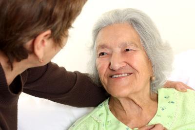 Ein Treppenlift lässt sich einfach gerade von älteren Menschen bedienen (Foto:Shutterstock)