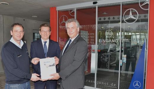 Übergabe des ersten Servicepartner-Zertifikats 2012: Steffen Draheim (r) übereicht die Urkunde an Geschäftsführer Alexander Tomescheit und Serviceleiter Dirk Franke von der Russ & Janot GmbH in Erfurt.