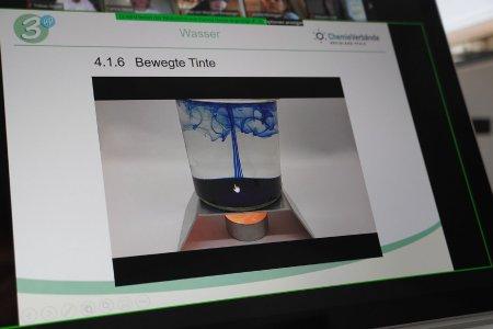 Bei der virtuellen Einweisung führen die Teilnehmenden Experimente vor der Kamera durch.