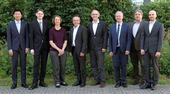 Minister Konrad Wolf (Vierter von links) und VP Arnd Poetzsch-Heffter (Vierter von rechts) mit den Projektpartnern Juniorprof. Dr. Daniel Görges (Zweiter von links) und Jason Rambach (rechts, AG Augmented Vision) sowie John Deere und Robot Makers / Foto: TUK