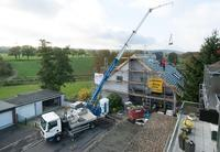 For 25 years now, aluminium crane technology has been making everyday work easier, especially in the roofing trade, Photo: Böcker Maschinenwerke, Werne