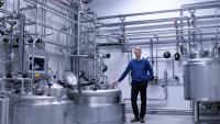 MicroTec-Mitgründer Jörg Groth im oberen Teil der Anlage am Fermenter.