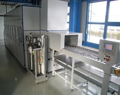 Die Anlage mit sechs Becken ermöglicht Reinigungs- und Passivierungsprozesse mit automatisiertem Warentransport.