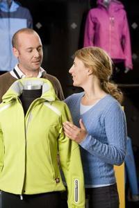 """Ob Fahrradbekleidung, Skihosen oder Bergstiefel – GORE-TEX® Funktionstextilien sind dauerhaft wasserdicht, winddicht und atmungsaktiv. Für alle GORE-TEX® Produkte im Freizeit- und Modebereich gibt das Unternehmen sein """"GUARANTEED TO KEEP YOU DRY™"""" Versprechen ab. © W. L. Gore & Associates, Inc."""