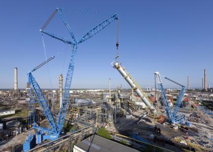 Kolejną jednostką samojezdną w naszym rankingu jest żuraw niemieckiej firmy Liebherr, serii 1100 o maksymalnym udźwigu 1000 ton, który mierzy 222 metry wysokości i przewyższa znany biurowiec w Warszawie – Warsaw Spire
