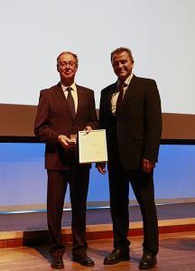 Dipl.-Ing. Wolfgang Hardt erhält den DVS-Ehrenring von DVS-Präsident Professor Dr.-Ing. Heinrich Flegel (rechts), Foto: DVS/martinmaier.com