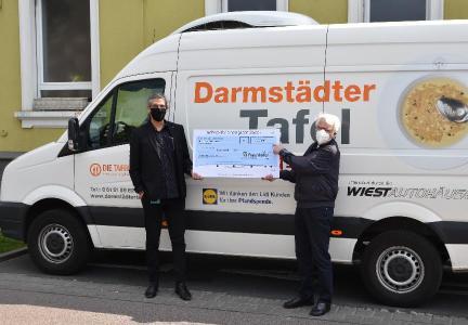 Scheck für einen guten Zweck: Heiko Hahnenwald, Leiter Technologiemarketing und Kommunikation im Fraunhofer LBF in Kranichstein, übergab den symbolischen Spendenscheck am 14. Mai 2020 an Gert Wentrup, den ersten Vorsitzenden der Darmstädter Tafel (v.l.n.r.) / Foto: Fraunhofer LBF