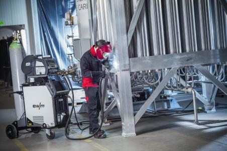 Abb. 1: EWM arbeitet als einer der Technologietreiber kontinuierlich an neuen Produkten und Lösungen, die die komplexen Anforderungen hinsichtlich einer vernetzten Schweißfertigung erfüllen. Die neue MIG/MAG-Multiprozessschweißgeräte-Serie Titan XQ fügt sich nahtlos in dieses Konzept ein.