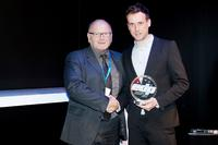 Awards ceremony at drupa: Mark Nedderhof, Project Manager Graphics at Neschen AG, receives the coveted EDP award from Gerhard Bartsch, Publishing Director of X-media. (Photo: EDP Herman Hartman)