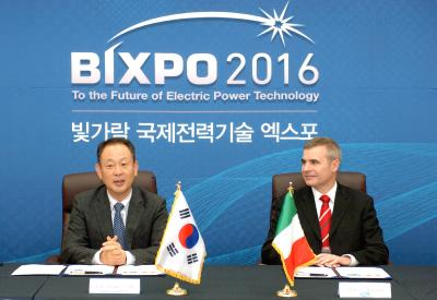 All set with plenty of energy: Dr Dongseob Kim (left), President of the KEPCO Research institute and Dr Alberto Ravagni, CEO of the SOLIDpower group, agree to put fuel cell technology on a broader basis for supplying energy to South Korea, with the joint research and development of new SOFC systems