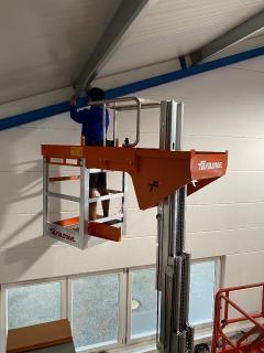 Foto 2: Elevah 80 ES Move mit ausgefahrenem Korb bei Reparaturarbeiten in einer Gerätehalle