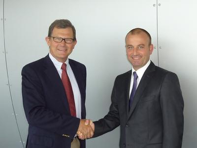 TGW-Geschäftsführer Georg Kirchmayr heißt Hans Sparf als Geschäftsführer der neugegründeten TGW Scandinavia AB willkommen