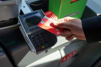 Foto: Sparkasse Paderborn-Detmold.  Fahrkarte für den Bus in ÖPNV kontaktlos und bargeldlos mit der Girocard oder Kreditkarte bezahlen