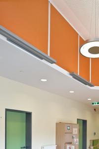 Kindergarten in Walsrode: Orange, Gelb und Grün sind die Farben, die sich konsequent durch die von Architektur KMS (Walsrode) konzipierte Einrichtung ziehen. Kräftige, orange Akustikpaneele stehen in Verbindung mit dem hellorangen Boden, die dunkelgrüne Zarge mit den mintgrünen Türblättern. Diese Verzahnungen schaffen einen runden, harmonischen Gesamteindruck. In Anlehnung an das Ampelsystem bedeuten die grünen Türen, dass die Kinder hier eintreten dürfen, Foto: Caparol Farben Lacke Bautenschutz