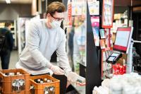 Gefahrenabwehr: Acrylglas schützt das Supermarktpersonal. Temporäre Schutzfolien von POLIFILM PROTECTION bewahren Acrylglas während der Herstellung vor Kratzern