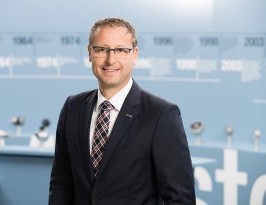 """Johannes Moosmann, Geschäftsbereichsleiter Industrielle Antriebstechnik bei ebm-papst, einen Fachvortrag auf der Anwenderkonferenz """"Dezentral Automatisieren"""" im Juni in Stuttgart"""