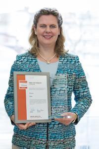 Sigrid Hauer, der Geschäftsführerin mit der Auszeichnung / copyright Sigrid Hauer, EBH