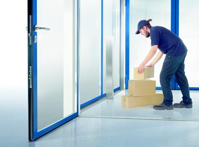 """""""Up to this point and no further!"""" Various scenarios can be realised with the GEZE security interlocking door system, e.g. exclusive transfer of  materials in sensitive areas,  Photo: GEZE GmbH"""