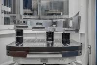 Ein Fünf-Achs-Bearbeitungszentrum von Grob ist bei Koller mit einem Palettenrundspeichersystem mit 13 Paletten ausgerüstet. Durch das modulare AMF Nullpunktspannsystem können die Werkstücke mit komplexer Außenkontur in unterschiedlichen Spannhöhen direkt auf der Palette gespannt werden.  ©Bildquelle: AMF