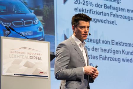 """BMW-Leichtbauchef Florian Schek bei der Eröffnungskeynote des """"Automobil Industrie Leichtbau-Gipfel"""" / (Quelle: S. Bausewein/Vogel Business Media)"""
