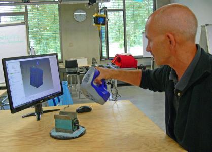 Phill Handy, Geschäftsführer von MakerSpace, führt den Artec Space Spider vor. Bildquelle: Artec 3D/Messer