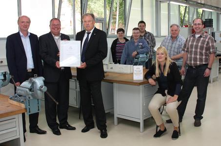 AUBI-Geschäftsführer Heiko Köstring (vorne rechts) überreichte die Auszeichnung an die HARTING Ausbilder im NAZHA